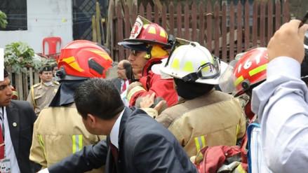 Martín Vizcarra se vistió de bombero al llegar a zona de incendio en San Martín de Porres