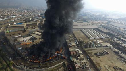 Ministerios declaran alerta sanitaria y emergencia ambiental por incendio en Lima Norte