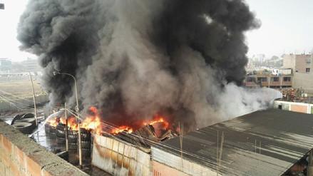 Ministerio de Educación suspendió clases en 100 colegios por incendio en depósito en SMP
