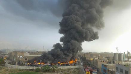 Fotos | La humareda del incendio en depósito de llantas puede ser vista a kilómetros