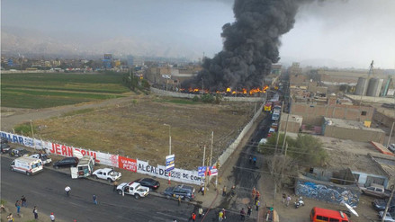 Un gran incendio consume un depósito de llantas en San Martín de Porres