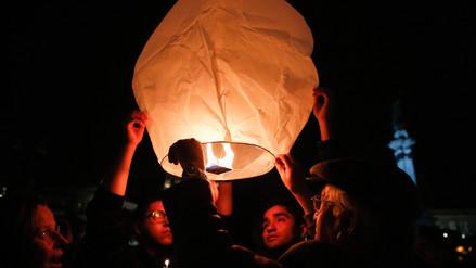 Lanzan globos de papel al cielo de Quito en homenaje a periodistas asesinados