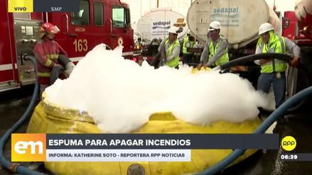Los bomberos utilizan espuma para extinguir el incendio en San Martín de Porres