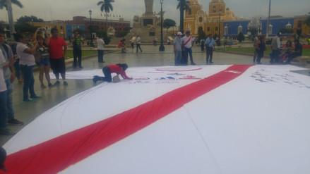 Con firmas en polo gigante, Trujillo desea éxitos a Perú en Rusia 2018