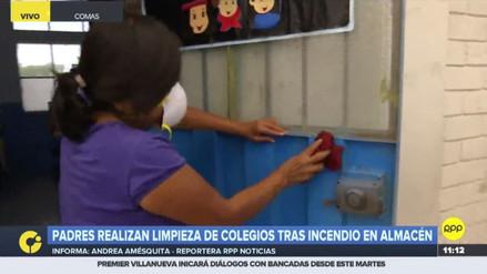 Padres colaboran en la limpieza de colegio afectado por el incendio del almacén de llantas