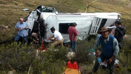 Dos turistas murieron en el despiste de una miniván en Arequipa