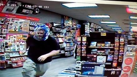 Un ladrón utilizó una bolsa de plástico transparente para robar una tienda en EE.UU.