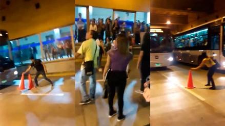 Usuarios invadieron carril del Metropolitano como protesta por el mal servicio