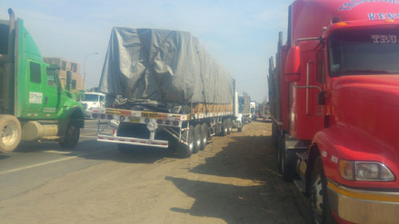 Transportistas en huelga se movilizan de Trujillo a Virú