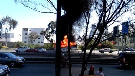 Videos | Un bus a gas se incendia en la Panamericana Sur