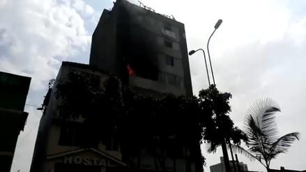 Bomberos controlaron incendio tras rescatar a personas atrapadas en edificio de Lince
