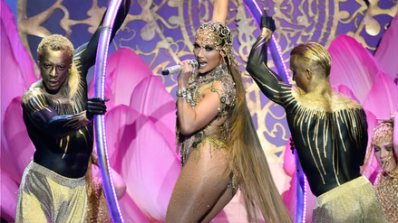 Jennifer López se convierte en una sensual reina en el videoclip de