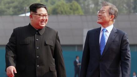 Kim Jong-un bromeó con Moon Jae-in al llevarlo al Norte de la frontera