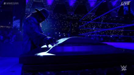 Undertaker metió en el ataúd a Rusev en WWE Greatest Royal Rumble