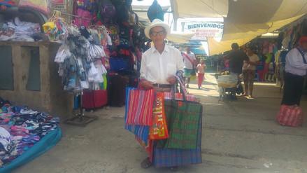 Silvestre, toda una vida vendiendo bolsas en el mercado Modelo