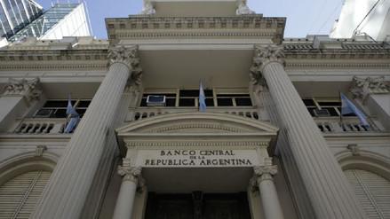 Argentina vuelve a subir las tasas de interés a medida para frenar desplome del peso