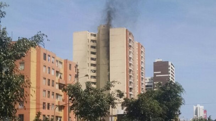 Reportan incendio en un edificio de la avenida Brasil