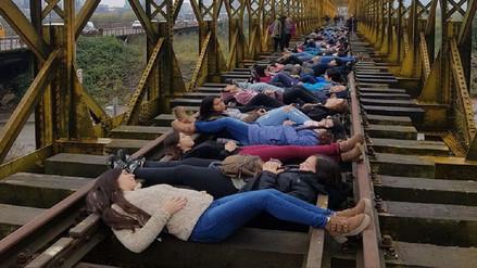 Estudiantes chilenos interrumpen pase de tren para evitar demolición de puente