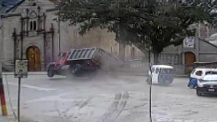 Video   Camión fuera de control casi provoca tragedia en Andahuaylas