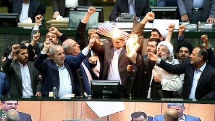 Diputados de Irán quemaron una bandera de EE.UU. en su Parlamento