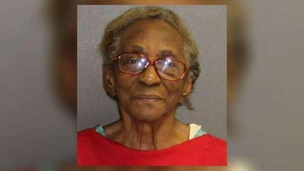Mujer de 95 años fue arrestada por pegarle con una chancleta a su nieta