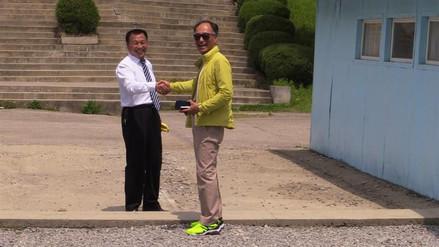 La falsa frontera intercoreana en la que los turistas imitan a Kim Jong-un