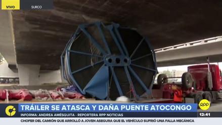 Un camión se atascó bajo el puente Atocongo y causó congestión vehicular