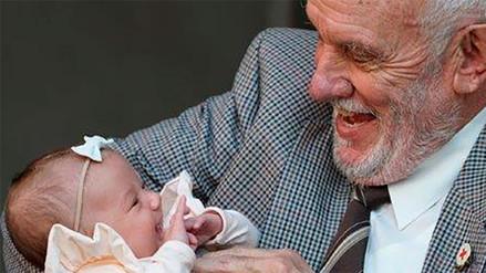 Hombre que ayudó a salvar a 2.4 millones de bebés realizó su última donación de sangre