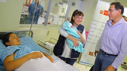 Martín Vizcarra visitó la Maternidad de Lima en el Día de la Madre