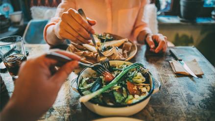 Cenar antes de las tres de la tarde reduce la presión sanguínea, según estudio
