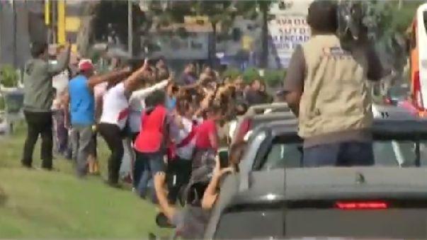 Hinchas ovacionaron a Paolo Guerrero en su recorrido tras llegar a Lima
