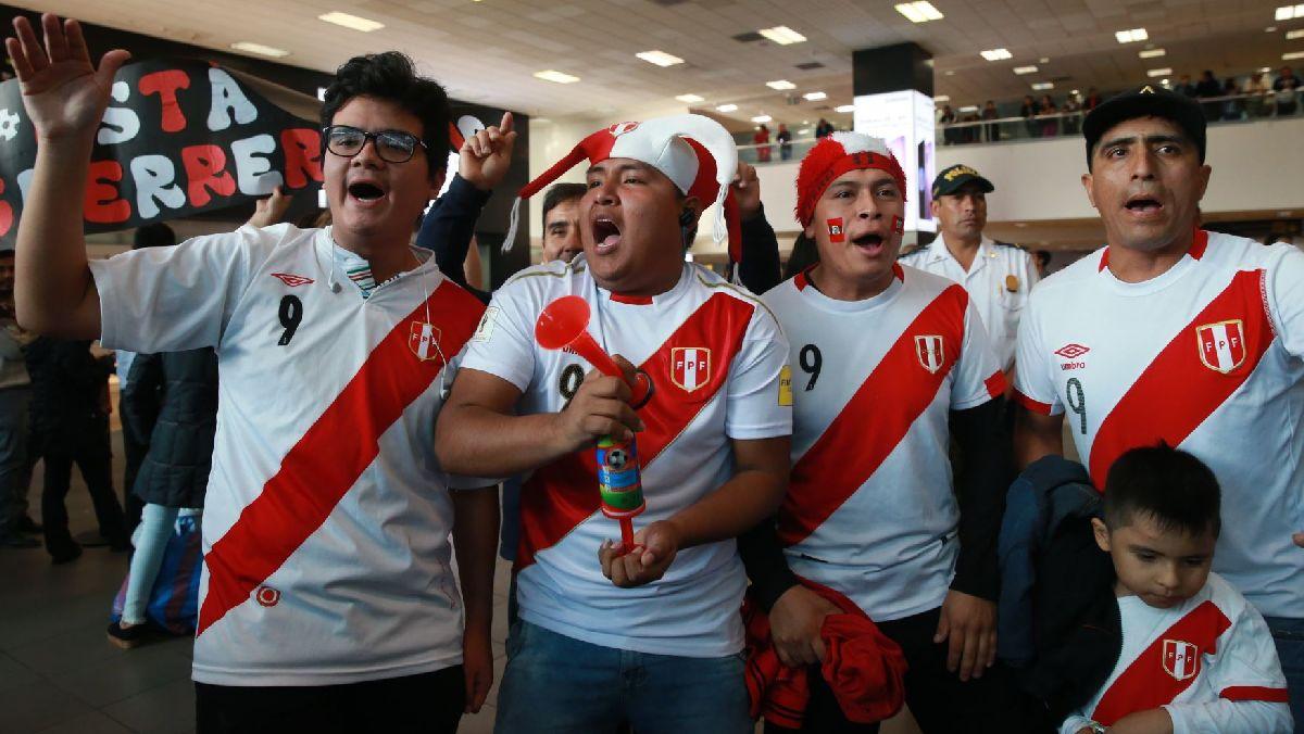 Decenas de hinchas llegaron al aeropuerto para recibir a Paolo Guerrero