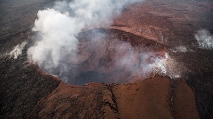 La erupción en el volcán Kilauea de Hawái dejó una gigantesca nube de cenizas