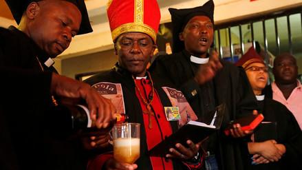 Una iglesia en Sudáfrica celebra misas en bares y 'bautiza' con cerveza