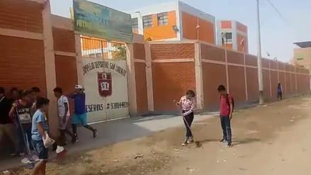 Chiclayo: niños limpiaron basura que se acumula afuera de su colegio