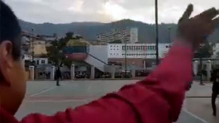 El solitario saludo de Maduro tras emitir su voto durante elecciones en Venezuela