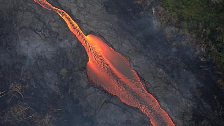 Una nube tóxica se eleva sobre Hawái mientras la lava volcánica llega al océano