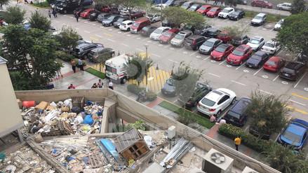 Pacientes denuncian basura acumulada en un área del edificio principal del INEN