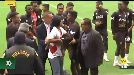 Hinchas ingresaron a la cancha del Nacional para saludar a seleccionados