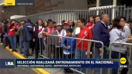 Hinchas hacen cola para ver el último entrenamiento de la Selección en el Nacional