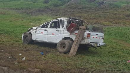 Mujer muere y seis personas quedan heridas en vuelco de camioneta en Trujillo