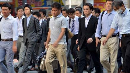 Mascar chicle caminando, la respuesta de los científicos japoneses contra el sobrepeso