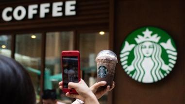 Starbucks cierra 8.000 locales para formar a su personal contra el racismo