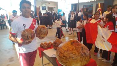 Chiclayo: artesanos retratan en calabazos a los jugadores de la selección