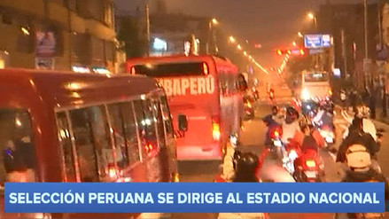 Miles de hinchas alentaron a la Selección a su paso por las calles de Lima