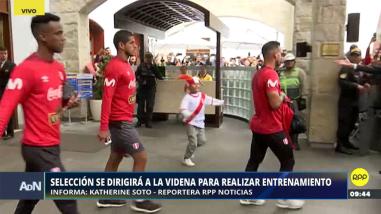 La Selección Peruana recibió el respaldo de los hinchas al salir de su hotel