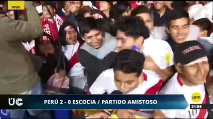 Hinchas peruanos celebran el triunfo de Perú ante Escocia en la Plaza de Armas de Lima