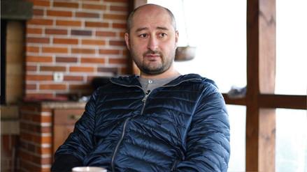 Periodista ruso reportado como asesinado está vivo: su muerte fue fingida para