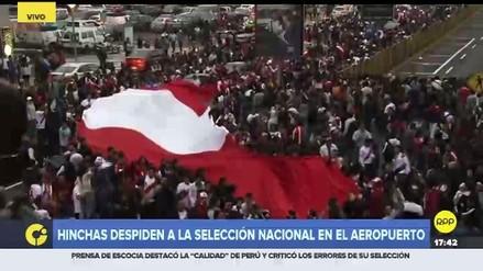 Hinchas se despiden en el aeropuerto de la Selección Peruana