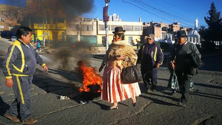 Vías bloqueadas y transporte paralizado en Puno por incremento de impuesto a combustibles
